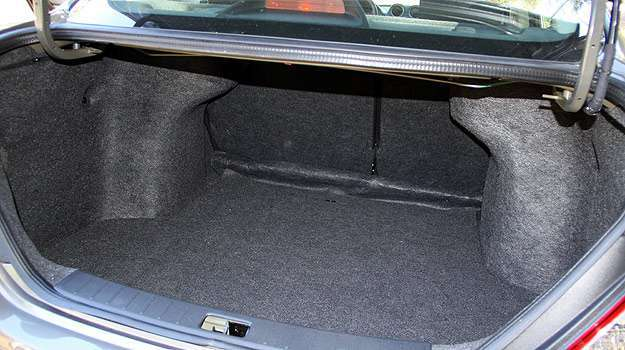 Porta-malas de boa capacidade pode ser aberto por dentro e por comando na chave - Marlos Ney Vidal/EM/D.A Press