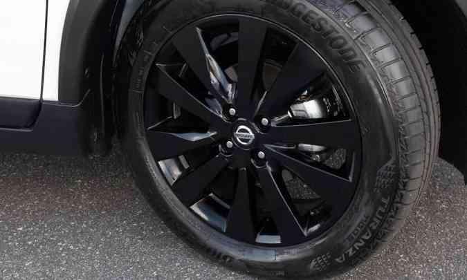 As rodas são de liga leve, com aro de 17 polegadas e acabamento em preto brilhante(foto: Nissan/Divulgação)