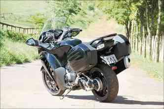 As bolsas laterais na cor da moto têm chave e são impermeáveis