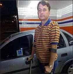 Wagner Soares dos Santos tenta comprar carro fabricado em SP - Cristina Horta/EM - 6/4/06