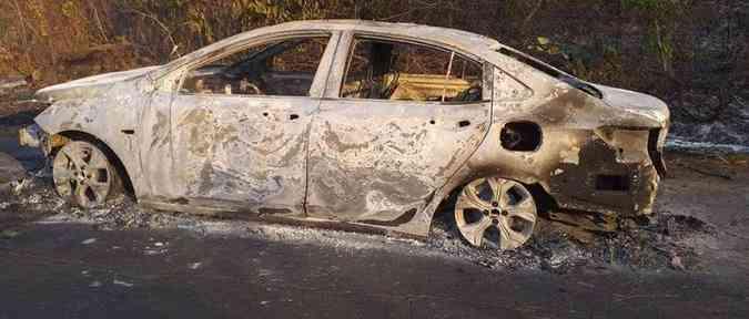 As chamas tiveram início no compartimento do motor e destruíram o carro rapidamente(foto: Reprodução da Internet)