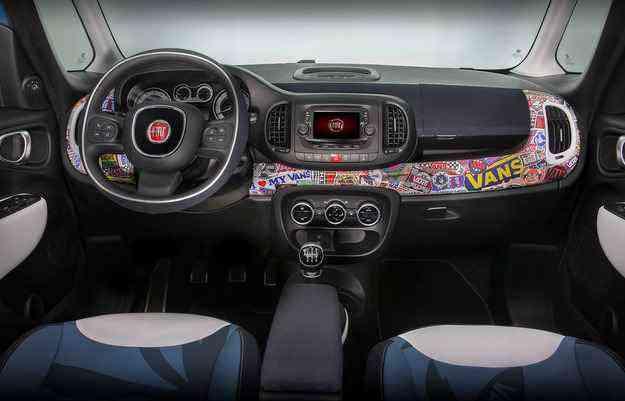 Interior traz adesivagem da Vans, queridinha entre skatistas e surfistas - Fiat/divulgacao