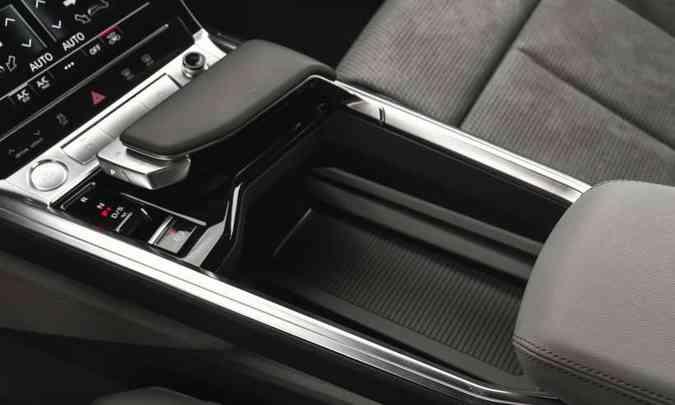A manopla do câmbio é estilizada, com uma base flutuante e um elemento móvel de alumínio(foto: Audi/Divulgação)