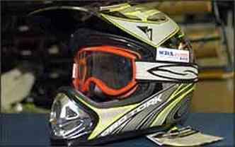 Se o capacete não tiver viseira, como os do tipo fora-de-estrada, o motociclista deve usar óculos especiais(foto: Renato Weil/EM - 13/10/07)