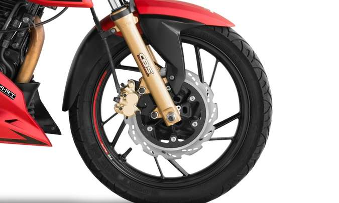 As rodas são de liga leve, com aros de 17 polegadas(foto: Mario Villaescusa/Dafra/Divulgação)