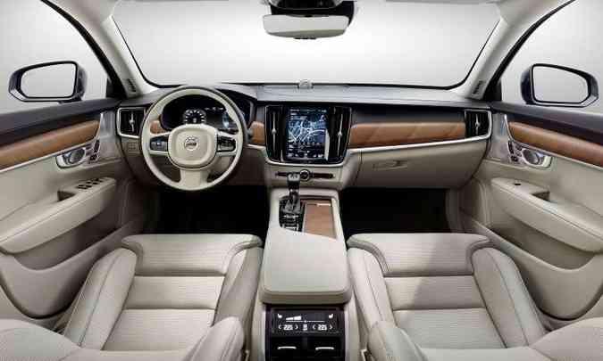 Interior tem acabamento sofisticado e muita tecnologias para deixar todos os comandos à mão do motorista(foto: Volvo/Divulgação)