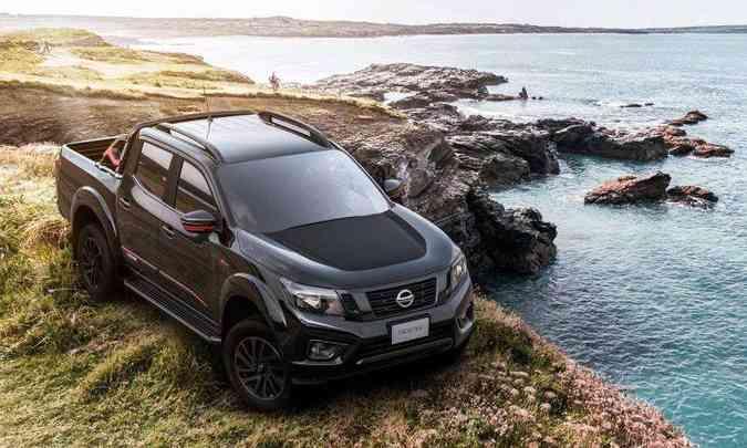 A Frontier X-Gear traz um adesivo preto no capô, rack de teto e alguns detalhes em vermelho(foto: Nissan/Divulgação)