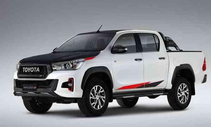 No lugar da tradicional logomarca, a grade em colmeia ostenta o emblema Toyota, além do símbolo GR(foto: Toyota/Divulgação)