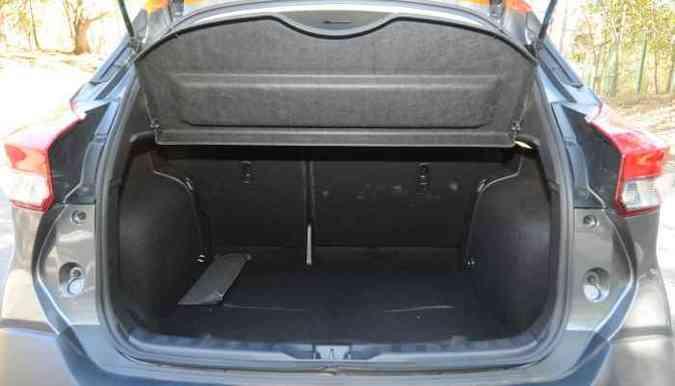 Porta-malas tem bom volume para levar bagagens, e ainda guarda o estepe(foto: Jair Amaral/EM/D.A Press)