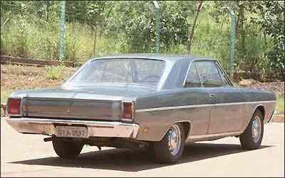 Além dos quase cinco metros de comprimento, os números do motor desse Dodge Dart cupê 1973 são superlativos: V8 de 5.212cm³ de cilindrada e 41,5 kgfm de torque e máxima declarada de 170 km/h -