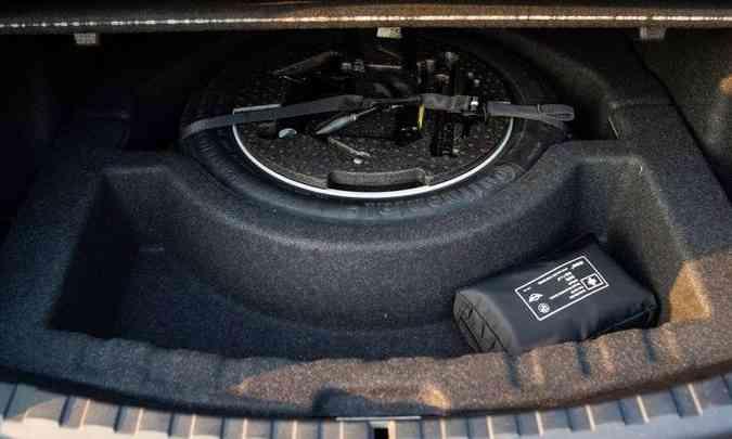 ...mas perdeu espaço porque, mesmo o sedã tendo pneus run flat, que rodam furados, o BMW teve que colocar o estepe no porta-malas para atender o consumidor brasileiro(foto: Jorge Lopes/EM/D.A Press)