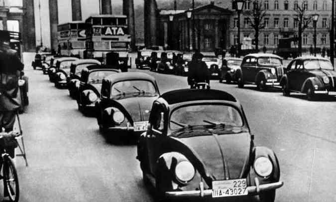 Veículos pré-série foram apresentados em uma espécie de desfile em 1938 (foto: Volkswagen/Divulgação)