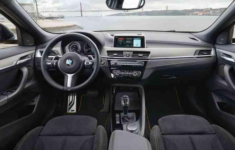 Entre os itens disponíveis estão tela de 6,5 polegadas e botão seletor iDrive Touch Controlle (sensível ao toque). Foto: BMW / Divulgação -
