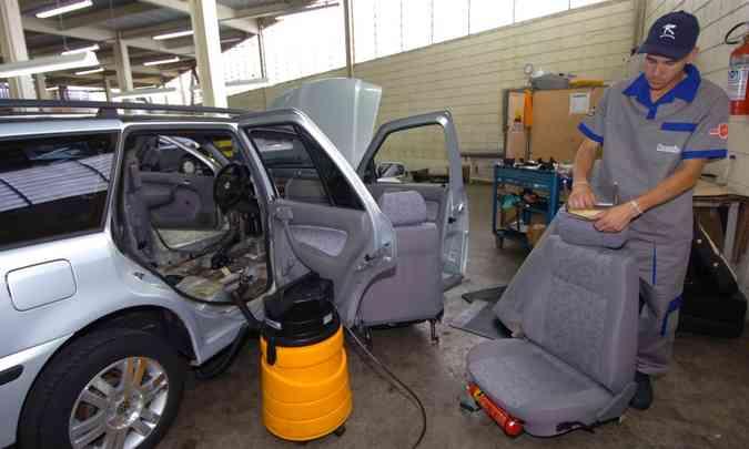 Aspirar o interior do carro e cuidar da limpeza dos bancos é essencial para reduzir a proliferação de bactérias(foto: Maria Tereza Correia/EM/D.A Press - 9/3/06)