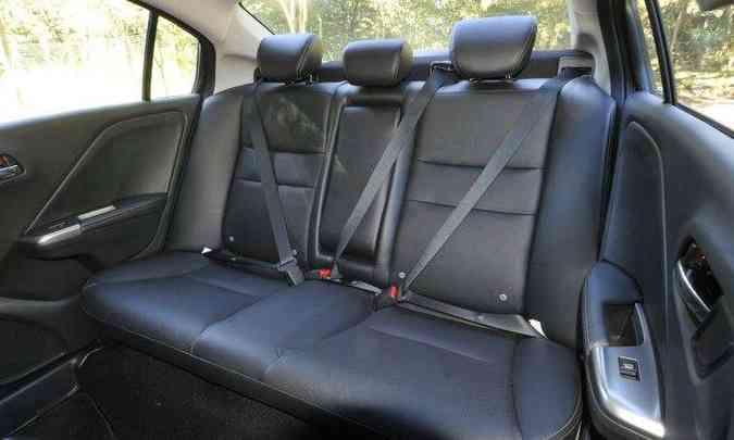 Espaço no banco traseiro proporciona conforto para dois passageiros(foto: Juarez Rodrigues/EM/D.A Press)