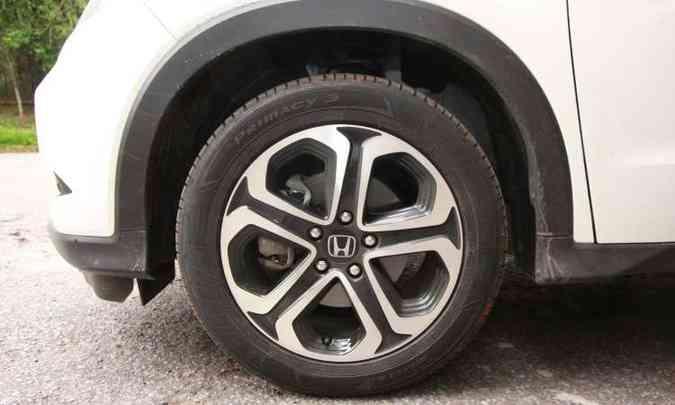 As rodas de liga leve de 17 polegadas são calçadas com pneus na medida 215/55 (foto: Edésio Ferreira/EM/D.A Press)