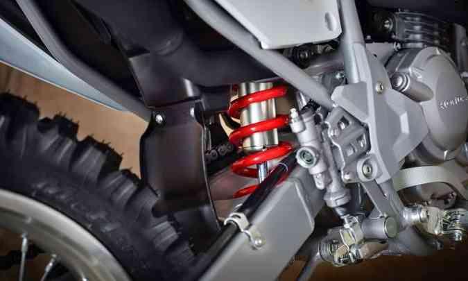 A suspensão dianteira é convencional, e a traseira, mono(foto: Caio Mattos/Honda/Divulgação)
