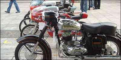 Jawa com motor dois tempos e modelos de competição -