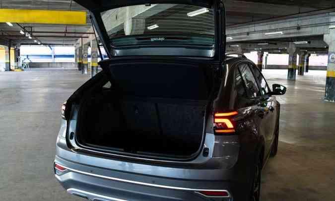 Com 415 litros de capacidade, o porta-malas é todo revestido com carpete e tem iluminação(foto: Jorge Lopes/EM/D.A Press)