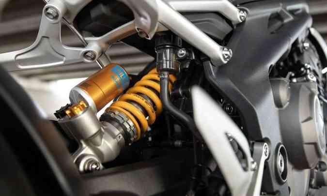 As suspensões são Ohlins nas duas rodas, ajustáveis na pré-carga, compressão e retorno (foto: Triumph/Divulgação)