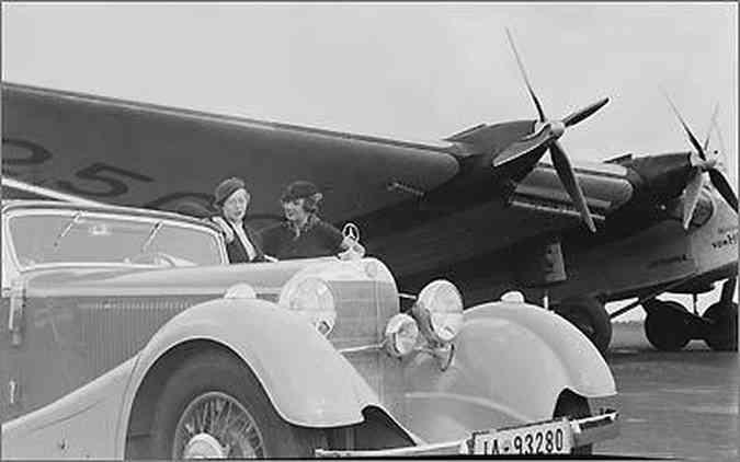 Mulheres sempre presentes no trabalho do fotográfo, como as que observam o Mercedes de 1935 ao lado de avião da Lufthansa