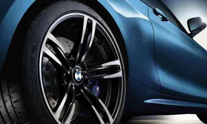 Roda traseira aro 19, com pneus mais largos(foto: Uwe Fischer/BMW/Divulgação)