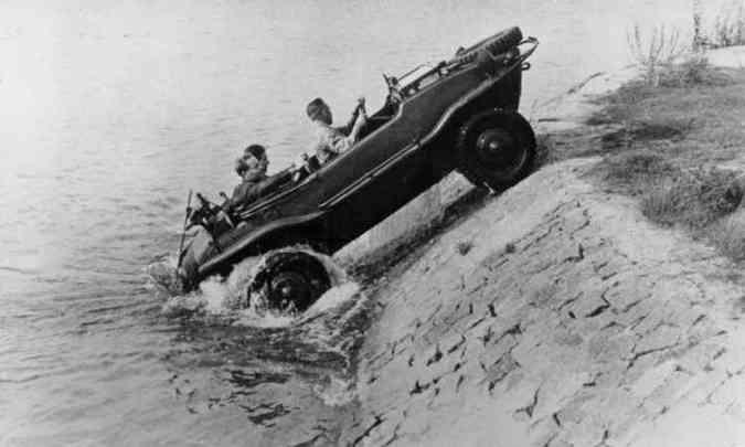 Durante a Segunda Guerra Mundial o projeto do Fusca deu origem a um veículo anfíbio(foto: Volkswagen/Divulgação)