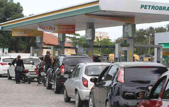 Motoristas fizeram fila nos postos após zunzunzum de nova greve dos caminhoneiros. Foto: Nando Chiappetta/DP(foto: Nando Chiappetta/DP)