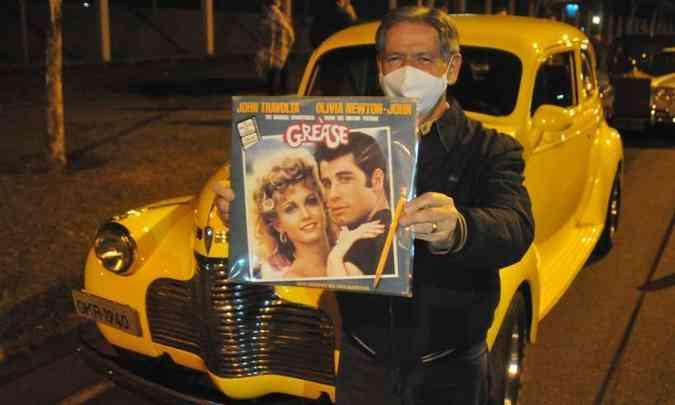 José Geraldo exibiu orgulhoso o seu Chevrolet Master 1940 e a capa do vinil do filme Grease(foto: Túlio Santos/EM/D.A Press)