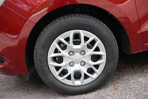 Na versão SE, calotas imitam rodas de liga - Marlos Ney Vidal/EM/D. A Press
