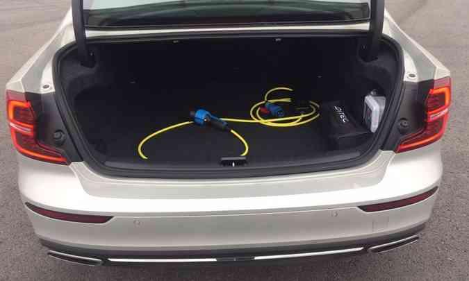 A versão híbrida vem equipada com um cabo de 4,50m para o carregamento das baterias(foto: Enio Greco/EM/D.A Press)