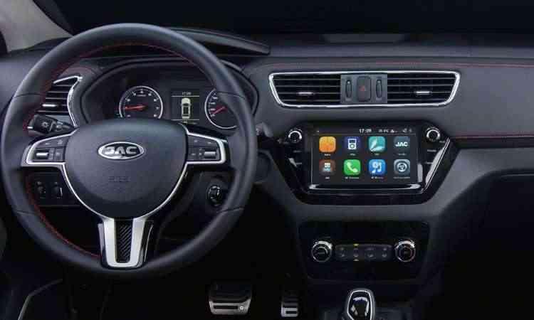 Interior tem excesso de plástico e central multimídia com tela tátil de fácil conexão com smartphone - JAC/Divulgação