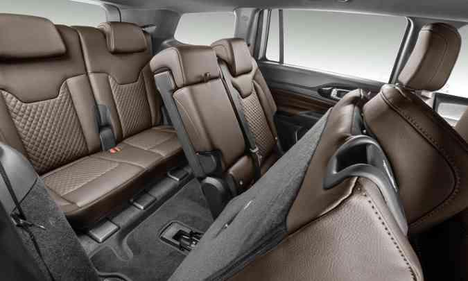 O acesso à terceira fileira é até fácil. Difícil é encontrar conforto em bancos com assentos tão baixos(foto: Jeep/Divulgação)