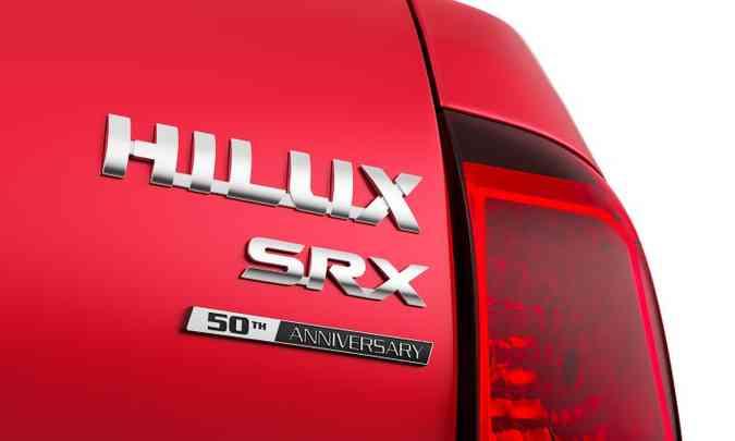 Versão de topo SRX traz um escudo em comemoração ao 50º aniversário da picape(foto: Toyota/Divulgação)