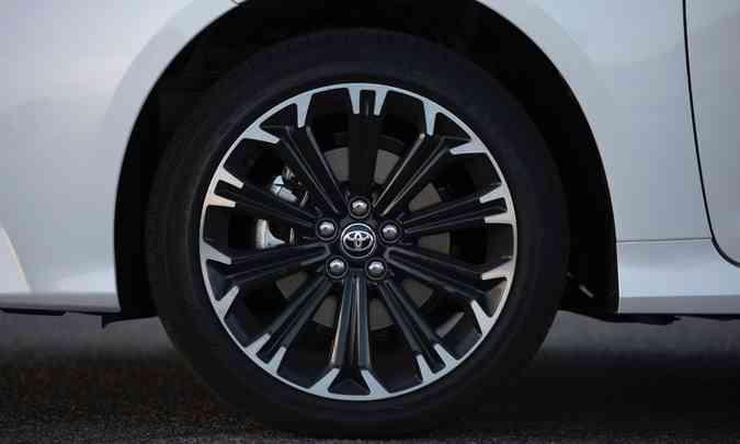 As rodas são de liga leve de 17 polegadas, calçadas com pneus na medida 225/45(foto: Toyota/Divulgação)