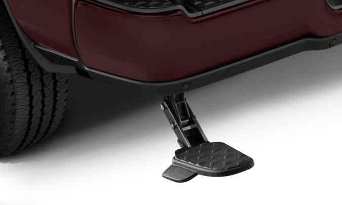 O degrau retrátil fica camuflado debaixo do para-choque traseiro e serve para facilitar o acesso à caçamba(foto: FCA/Divulgação)
