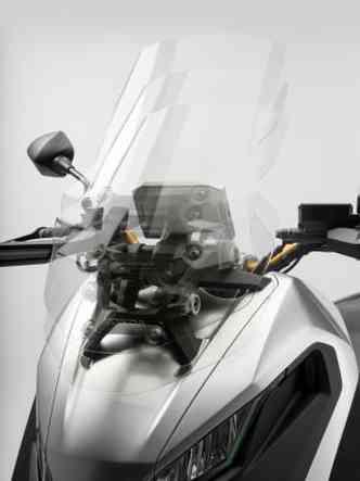 A posição de pilotagem é mais vertical e o para-brisa regulável(foto: Honda/Divulgação)