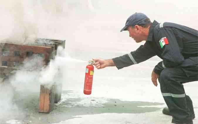 Bombeiro testa o equipamento. Extintor passa a ser obrigatório a partir de 1º de janeiro de 2015(foto: Paulo Filgueiras/Estado de Minas - 20/01/2005 )