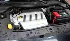 No Mégane, é preciso desmontar cobertura plástica do motor para acessar o farol - Marlos Ney Vidal/EM - 5/1/07