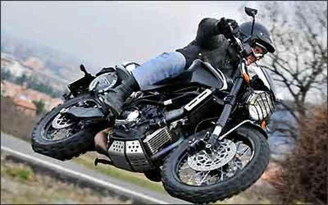 A Morini Scrambler pode rodar tanto na terra quanto no asfalto(foto: Moto Morini/Divulgação)