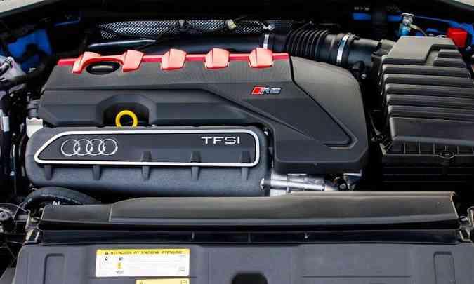 O motor cinco cilindros turbo desenvolve 400cv e 49kgfm de torque máximo(foto: Audi/Divulgação)