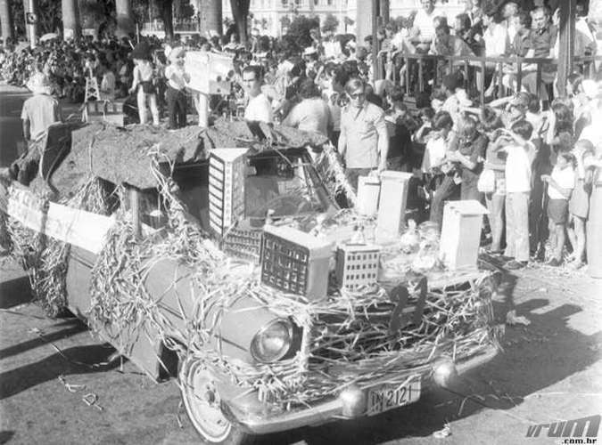 Desfile de carros alegóricos na Praça da Liberdade em 1972(foto: Arquivo Público Municipal/PBH)