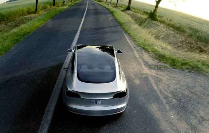Model 3 estará disponível a partir de US$ 35 mil nos EUA(foto: Tesla/Divulgação)