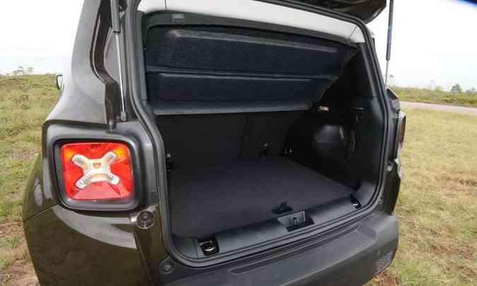 Com 320 litros, porta-malas fica devendo espaço(foto: Beto Novaes/EM/D.A Press)