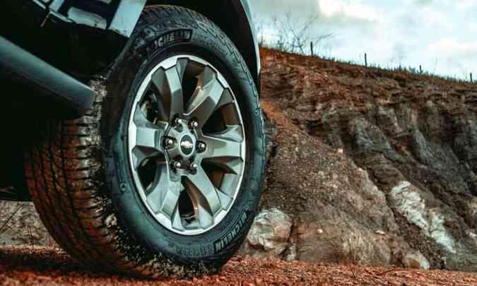 As rodas são de liga leve de 18 polegadas, calçadas com pneus na medida 265/60 R18(foto: Jorge Lopes/EM/D.A Press)
