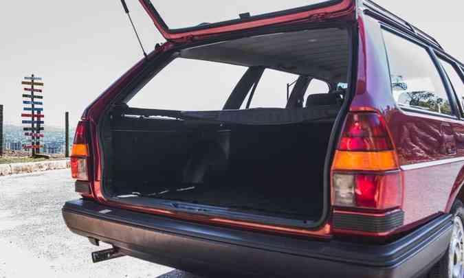 O amplo porta-malas tem capacidade volumétrica de 470 litros, suficientes para a família(foto: Jorge Lopes/EM/D.A Press)