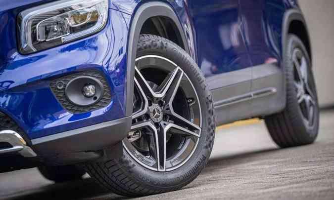 Belas rodas de alumínio de 19 polegadas calçadas com pneus na medida 235/50 R19(foto: Mercedes-Benz/Divulgação)