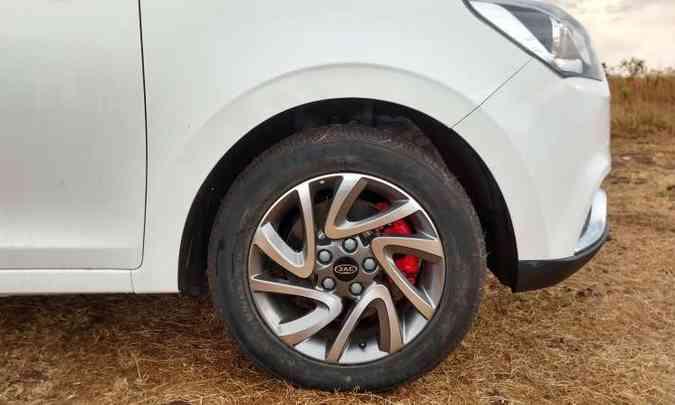 Rodas de liga leve de 16 polegadas são de série, e as pinças de freio pintadas de vermelho destoam da proposta(foto: Pedro Cerqueira/EM/D.A Press)