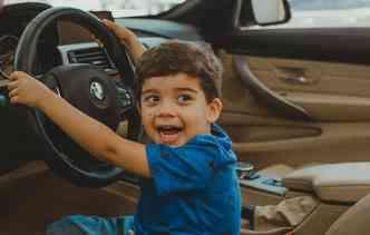 Pequeno João Henrique de três anos irá conhecer o Salão do Automóvel de São Paulo este ano e não esconde a empolgação. Camila Pifano / Divulgação