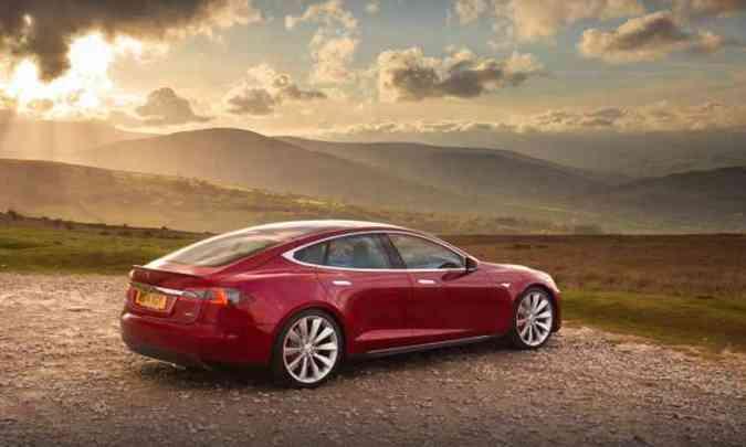 Model S conta com sistema de condução semiautônoma e painel com tela de 17 polegadas(foto: Tesla/Divulgação)